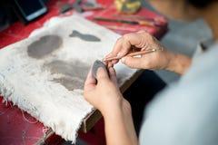 Deze vrouw verfraait het aardewerk Royalty-vrije Stock Foto's