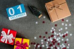 1. Dezember Bild 1 Tag von Dezember-Monat, Kalender am Weihnachten und Hintergrund des neuen Jahres mit Geschenken Stockfotos
