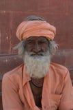 Dezember 2012: Ein reich gekleideter indischer Mann stellt mit Stolz einer seiner Schnurrbärte dar, ungefähr 20 Zoll lang Stockfoto