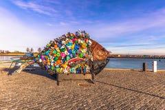 3. Dezember 2016: Eine Fischstatue gemacht von Abfall in Helsingör, D Lizenzfreie Stockfotos