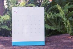 Dezember-Kalender 2016 auf hölzerner Tabelle, Weinlesefilter Stockbilder