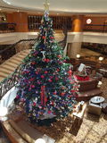 15. Dezember 2016 Kuala Lumpur Weihnachtsbaummeisterwerk an der Hotellobby Lizenzfreie Stockbilder