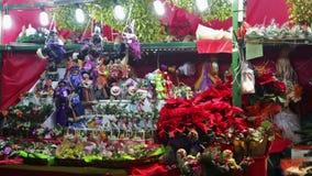DEZEMBER: Leute am Weihnachten vermarkten nahe Kathedrale am 2 stock video