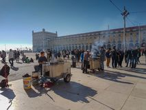 22. Dezember 2017 Lissabon, Portugal - traditionelle Kastanienwarenkörbe am Handel quadrieren Lizenzfreies Stockfoto