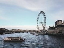 28. Dezember 2017 London, England - Ansicht des London-Auges und die Themse Stockfotos