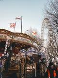 28. Dezember 2017 London, England - das goldene Karussell nahe dem Königin ` s Weg in London Lizenzfreies Stockbild