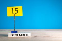 15. Dezember Modell Tag 15 von Dezember-Monat, Kalender auf blauem Hintergrund Blume im Schnee Leerer Platz für Text Stockbild