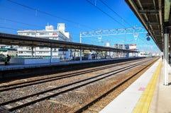 11. Dezember 2015 Plattform mit Eisenbahnlinien gegen blauen Himmel in Japan Lizenzfreie Stockbilder