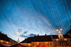24. Dezember 2014 SIBIU, RUMÄNIEN Weihnachtslichter, Weihnachtsmarkt, Stimmung und Leutegehen Stockbild