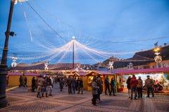 24. Dezember 2014 SIBIU, RUMÄNIEN Weihnachtslichter, Weihnachtsmarkt, Stimmung und Leutegehen Stockfoto
