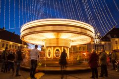 24. Dezember 2014 SIBIU, RUMÄNIEN Weihnachtslichter, Weihnachtsmarkt, Stimmung und Leutegehen Lizenzfreie Stockbilder