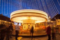 24. Dezember 2014 SIBIU, RUMÄNIEN Weihnachtslichter, Weihnachtsmarkt, Stimmung und Leutegehen Stockbilder
