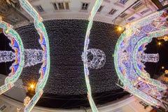 24. Dezember 2014 SIBIU, RUMÄNIEN Weihnachtslichter, Weihnachtsmarkt, Stimmung und Leutegehen Lizenzfreies Stockbild