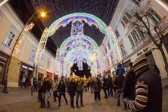 24. Dezember 2014 SIBIU, RUMÄNIEN Weihnachtslichter, Weihnachtsmarkt, Stimmung und Leutegehen Stockfotografie