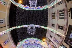 24. Dezember 2014 SIBIU, RUMÄNIEN Weihnachtslichter, Weihnachtsmarkt, Stimmung und Leutegehen Stockfotos