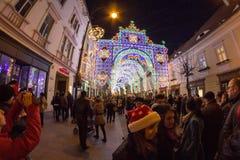 24. Dezember 2014 SIBIU, RUMÄNIEN Weihnachtslichter, Weihnachtsmarkt, Stimmung und Leutegehen Lizenzfreie Stockfotografie