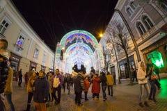 24. Dezember 2014 SIBIU, RUMÄNIEN Weihnachtslichter, Weihnachtsmarkt, Stimmung und Leutegehen Lizenzfreie Stockfotos