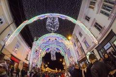 24. Dezember 2014 SIBIU, RUMÄNIEN Weihnachtslichter, Weihnachtsmarkt, Stimmung und Leutegehen Lizenzfreies Stockfoto