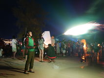 31. Dezember 2016 Sihanoukville-Strand Kambodscha, asiatischer Jugendmann, der explodierende Feuerwerke auf Strandleitartikel häl Lizenzfreies Stockbild