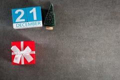 21. Dezember Tag des Bildes 21 von Dezember-Monat, Kalender mit Weihnachtsgeschenk und Weihnachtsbaum Hintergrund des neuen Jahre Stockbild