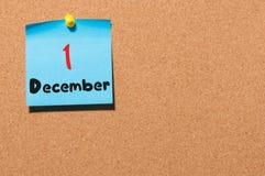1. Dezember Tag 1 des Monats Kalender auf Anschlagtafel Blume im Schnee Leerer Platz für Text Lizenzfreie Stockbilder