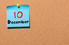 10. Dezember Tag 10 des Monats, Kalender auf KorkenAnschlagtafel Blume im Schnee Leerer Platz für Text Stockbild