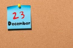 23. Dezember Tag 23 des Monats, Kalender auf KorkenAnschlagtafel Blume im Schnee Leerer Platz für Text Lizenzfreies Stockfoto