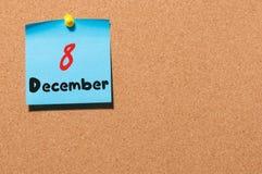 8. Dezember Tag 8 des Monats, Kalender auf KorkenAnschlagtafel Blume im Schnee Leerer Platz für Text Lizenzfreie Stockfotografie