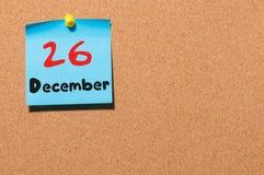 26. Dezember Tag 26 des Monats, Kalender auf KorkenAnschlagtafel Blume im Schnee Leerer Platz für Text Lizenzfreies Stockfoto