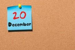 20. Dezember Tag 20 des Monats, Kalender auf KorkenAnschlagtafel Blume im Schnee Leerer Platz für Text Lizenzfreies Stockfoto