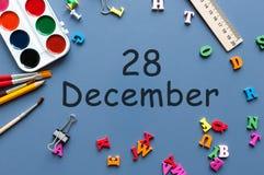 28. Dezember Tag 28 von Dezember-Monat Kalender auf Geschäftsmann- oder Schulkindarbeitsplatzhintergrund Blume im Schnee Lizenzfreie Stockfotos