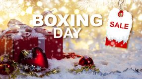 26. Dezember-Verkaufskonzept der roten Geschenkbox auf Schnee Lizenzfreies Stockfoto