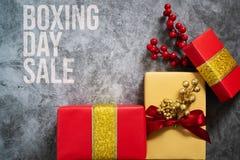 26. Dezember-Verkaufskonzept Weihnachtsgeschenkbox auf Zementhintergrund, Draufsicht stockfotografie