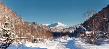 Dezember-Winterreise zur Reserve Kuznetsk Alatau auf Skis Russland lizenzfreie stockfotografie