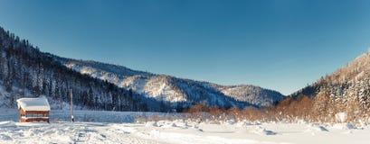 Dezember-Winterreise zur Reserve Kuznetsk Alatau auf Skis Russland stockfotos