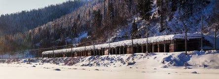 Dezember-Winterreise zur Reserve Kuznetsk Alatau auf Skis Russland lizenzfreies stockbild