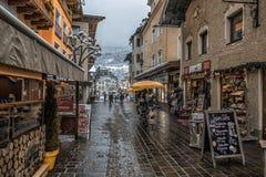 16 DEZEMBER 2017 - ZELL MORGENS SEHEN ÖSTERREICH Straße in der Kleinstadtstadt Zell morgens sehen in der Weihnachtszeit mit Dekor Lizenzfreie Stockbilder