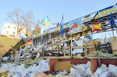 Dezembro de 2013-fevereiro de 2014, Kiev, Ucrânia: Euromaidan, Maydan, detailes de Maidan das barricadas e das barracas na rua de  Fotos de Stock