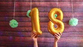 Dezoito aniversário feliz, balões de ar dourados com número 18, aniversário video estoque