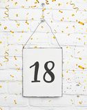 18 dezoito anos de texto velho do cartão da festa de anos com confe dourado Imagem de Stock
