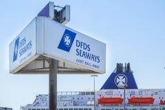 DFDS-de Veerboot treft voorbereidingen om de haven te verlaten Stock Afbeeldingen