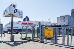 DFDS-de Veerboot treft voorbereidingen om de haven te verlaten Stock Fotografie