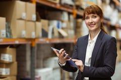 Défilement de sourire de femme d'affaires sur le comprimé numérique Images stock
