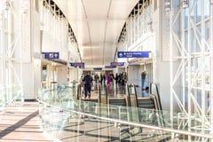 DFW lotnisko - pasażery w Skylink staci zdjęcia royalty free