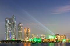 Dhabi-Skyline nachts Stockfoto