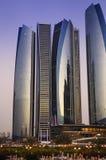 Dhabi-Stadt bis zum Nacht Stockfoto