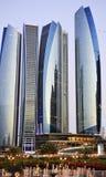 Dhabi-Stadt bis zum Nacht Lizenzfreie Stockfotos