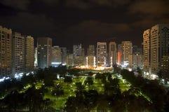 Dhabi-Stadt bis zum Nacht Stockfotos