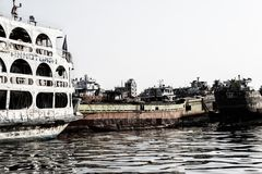 Dhaka, Bangladesch, am 24. Februar 2017: Alte rostige Fähre auf dem Buriganga-Fluss in Dhaka Lizenzfreie Stockfotos
