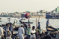 Dhaka, Bangladesch, am 24. Februar 2017: Bunte hastige Geschäftigkeit am Sadarghat-Pier in Dhaka Stockbilder